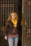 La femme adulte a ouvert la porte hors de la maison Image stock
