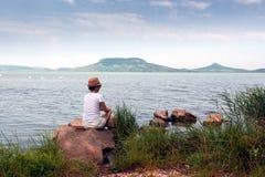 La femme adulte reste sur le Lac Balaton en été photographie stock