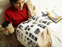 La femme affiche un livret explicatif neuf de véhicule Images stock