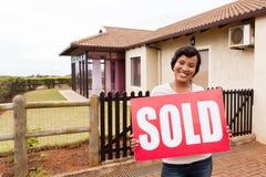 La femme africaine a vendu le signe Photo libre de droits