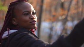 La femme afro-américaine de sourire prend le selfie La verticale de plan rapproché banque de vidéos