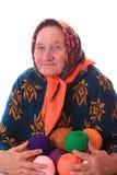 La femme agée avec les boules de laine de couleur Images libres de droits
