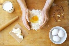 La femme agée fait cuire les croissants français, découvrent les mains froissées, ingrédients, lumière chaude molle de matin, vue Photographie stock libre de droits