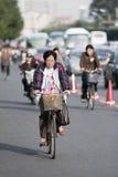 La femme agée fait un cycle au centre de Pékin, Chine Photographie stock