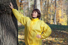 La femme agée marche dans la forêt d'automne Images stock