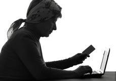 La femme agée paye avec la carte de banque Photos libres de droits