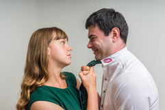 La femme agressive attaque son mari infidèle Photographie stock libre de droits