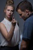 La femme agressive commande l'homme photos libres de droits