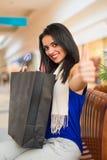 La femme aiment faire des emplettes dans le mail Photo libre de droits