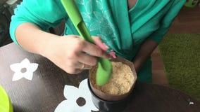 La femme ajoute le gâteau mousseline pour durcir le moule Scelle la couche avec une goupille en bois Cuisson d'un gâteau des miet banque de vidéos
