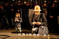 La femme allume des bougies Photographie stock