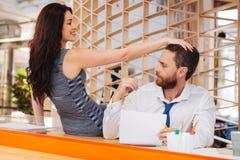 La femme amoureuse caressant équipe des cheveux photographie stock libre de droits