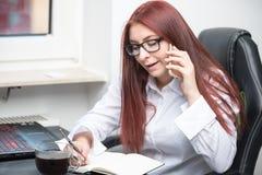 La femme appelle par le téléphone portable image stock