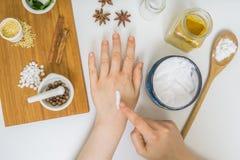 La femme applique la crème en main à la maison faite Beaucoup d'ingrédients Photo libre de droits