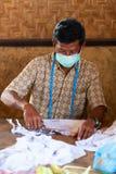La femme appliquent la cire pour la fabrication de batik Photos libres de droits