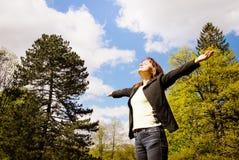 La femme apprécie la durée à l'extérieur Photographie stock libre de droits