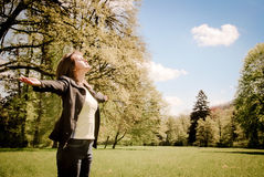 La femme apprécie le temps du soleil au printemps dehors Photo libre de droits