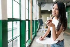 La femme apprécient le café glacé images libres de droits
