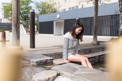 La femme apprécient le pied onsen au Japon photographie stock libre de droits