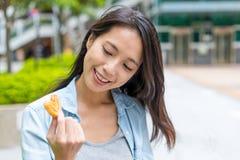 La femme apprécient plus palmier dans la ville Image libre de droits