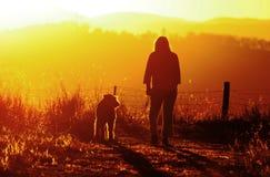 La femme apprécie le temps et la paix marchant son chien de meilleur ami Photo libre de droits