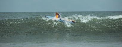 La femme apprend ? surfer photo libre de droits