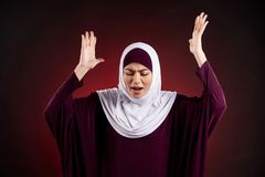 La femme arabe dans le hijab exprime la colère et le mécontentement photographie stock libre de droits