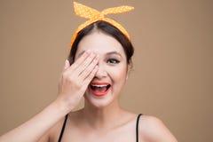 La femme asiatique avec la couverture de pin-up de maquillage observe à la main Photographie stock