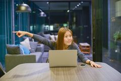 La femme asiatique d'affaires expulse son collègue, dans le lieu de réunion image stock