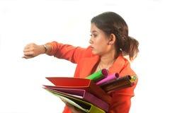 La femme d'affaires tenant des dossiers et des papiers est à la hâte. Photos libres de droits