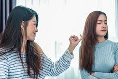 La femme asiatique de beauté a été réconciliée par l'amie après l'argument i photos libres de droits