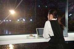 La femme asiatique de belles jeunes affaires travaille un ordinateur portable Images libres de droits