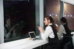 La femme asiatique de belles jeunes affaires travaille un ordinateur portable Photo stock