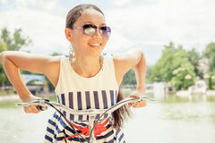 La femme asiatique de plaisir et de plaisir voyagent à Paris en bicyclette images stock