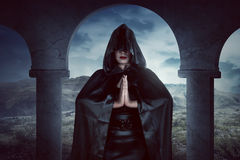 La femme asiatique de sorcière, sa main orthographient toujours la magie Photographie stock