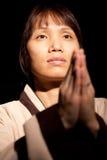 La femme asiatique dit la prière. photos libres de droits