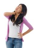 La femme asiatique fatiguée ayant le cou et l'épaule font souffrir image stock