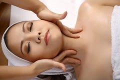 La femme asiatique obtiennent le massage facial photos stock