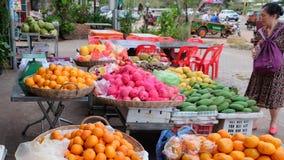 La femme asiatique pluse âgé choisit le fruit dans le bazar images stock