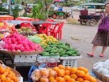 La femme asiatique pluse âgé choisit le fruit dans le bazar photographie stock libre de droits