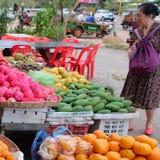 La femme asiatique pluse âgé choisit le fruit dans le bazar image stock