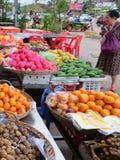 La femme asiatique pluse âgé choisit le fruit dans le bazar photos stock