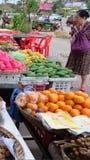 La femme asiatique pluse âgé choisit le fruit dans le bazar images libres de droits