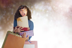 La femme asiatique portait beaucoup de cadeaux Image stock
