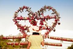La femme asiatique regardant l'amour padlocks par des clés à Langkawi SkyCab, Images stock