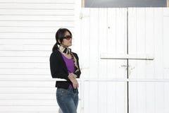 La femme asiatique se penche sur la balustrade. image libre de droits