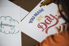 La femme asiatique travaille à son illustration de dessin de main Image stock