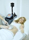 La femme atteint le traitement de thérapie le salon de station thermale Images stock