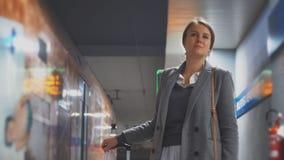 La femme attend le train dans la station de métro banque de vidéos