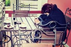 La femme attend son ami Image libre de droits